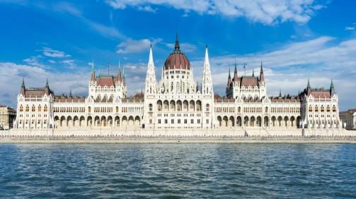 budapest-parliament-in-hungary-PNMDP9M (1)